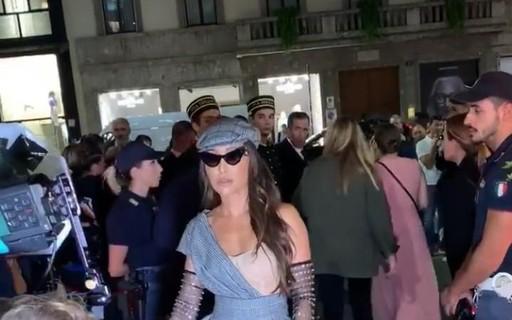 Sabrina Sato brilha em Milão com fenda poderosa e boina