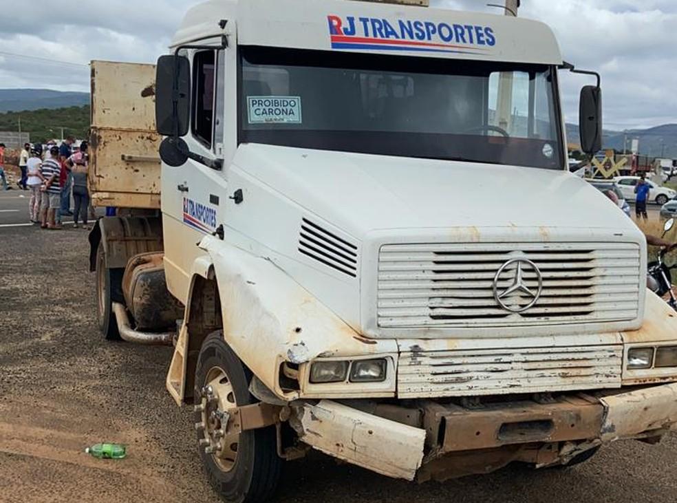 Caminhão envolvido no acidente. — Foto: Reprodução / Redes Sociais