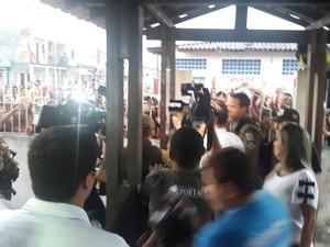 Uma multidão aguardou a saída da cantora Joelma da delegacia (Foto: Flávia Lima / TV Liberal)