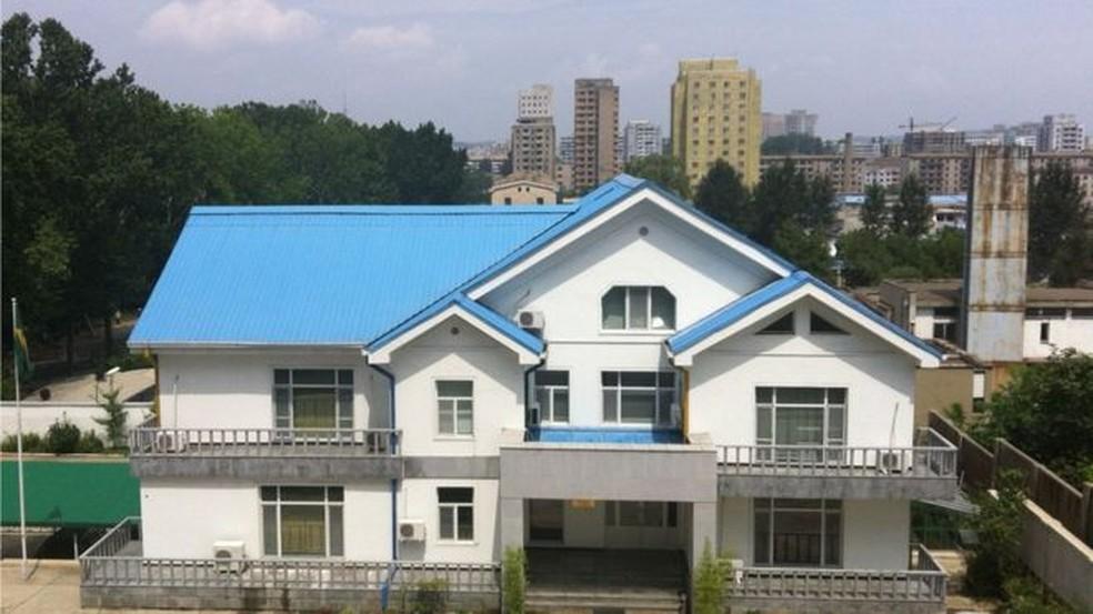 Brasil mantém embaixada na capital norte-coreana, Pyongyang, desde 2009; família de Schenkel mora nos andares de cima (Foto: MRE/ BBC)