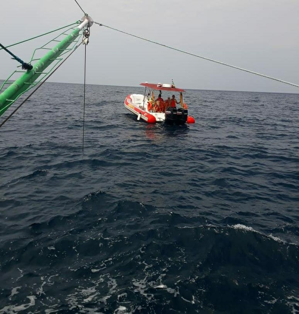 Bombeiros e Marinha trabalham na remoção de corpo encontrado em Angra dos Reis — Foto: Reprodução/Arli Maia Luiz