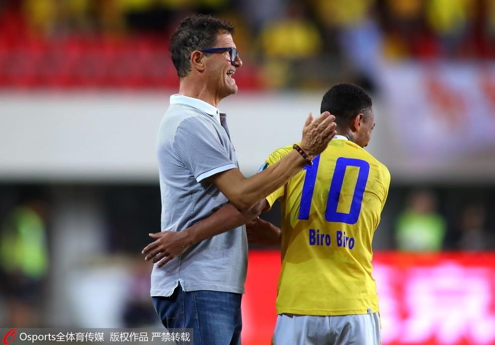 Biro Biro é cumprimentado por Fabio Capello em partida no futebol chinês — Foto: Divulgação/OSports