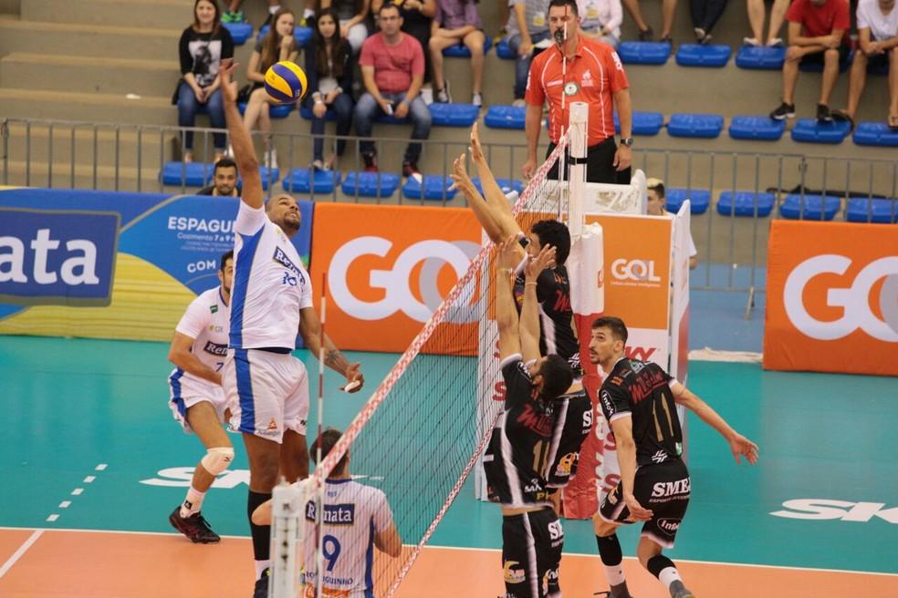 Caramuru e Campinas se enfrentaram na estreia da Superliga masculina de vôlei (Foto: José Tramontin/Ponta Grossa Caramuru)