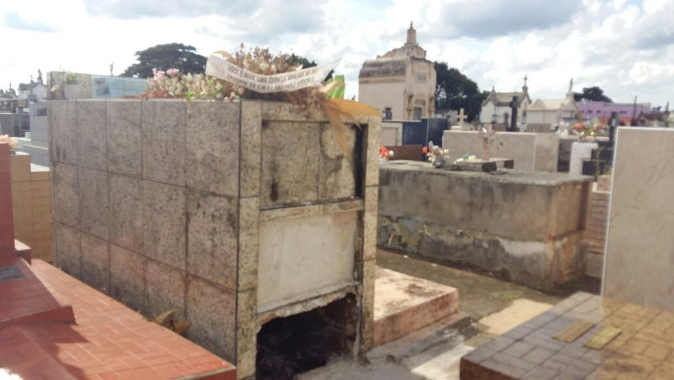 Exumação do corpo de Emanuelly ocorreu no Cemitério São João Batista, em Itapetininga (Foto: Adolfo Lima/TV TEM)