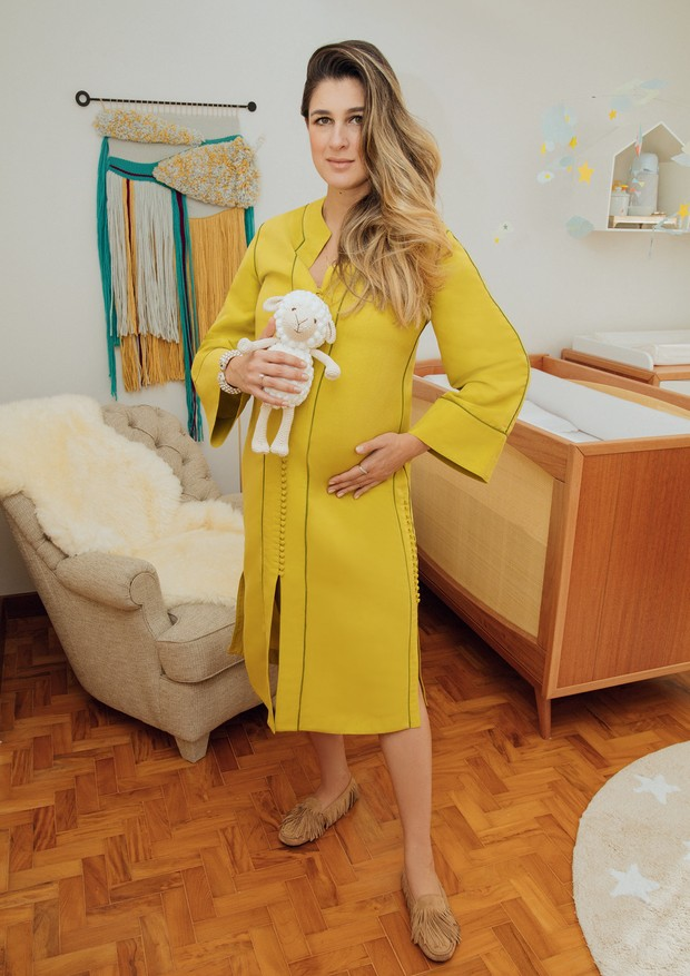 Barbara posa com túnica Cris Barros no quarto do bebê.  (Foto: Guilherme Nabhan)