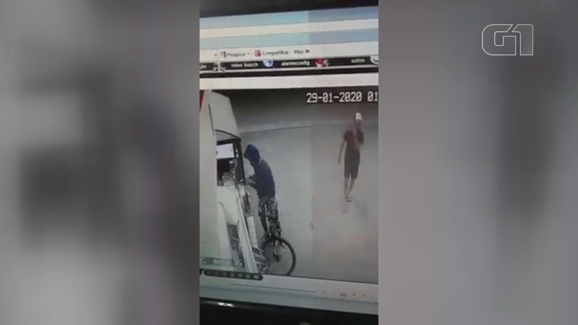 Jovens assaltam posto em Santos e são flagrados por câmera de monitoramento