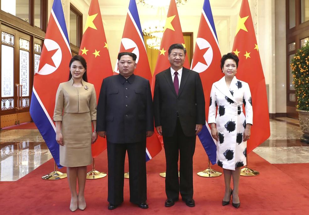 Líder norte-coreano Kim Jong-un e sua mulher Ri Sol Ju (à esquerda) posam para foto ao lado do presidente chinês Xi Jinping e sua mulher Peng Liyuan em Pequim (Foto: Ju Peng/Xinhua via AP)