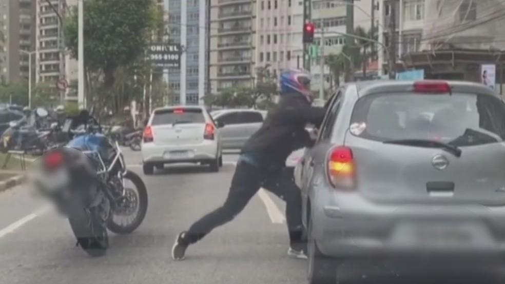 Motociclista tenta agredir condutor de carro no litoral de SP — Foto: Reprodução