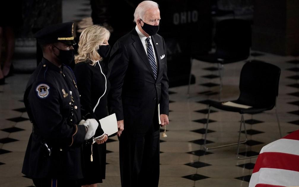 O candidato democrata à presidência dos EUA, Joe Biden, e sua mulher, Jill, prestam homenagens durante o funeral da juíza da Suprema Corte Ruth Bader Ginsburg, no Capitólio, em Washington DC, na sexta-feira (25) — Foto: Greg Nash/Pool via AP