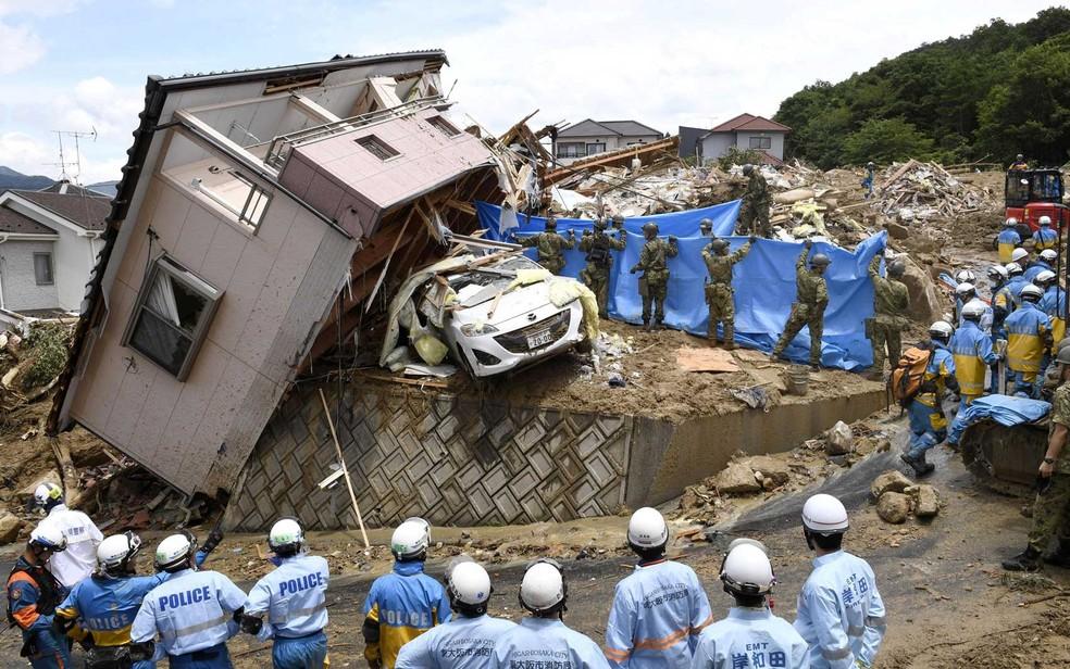 Equipes de resgate procuram sobreviventes em Kumano (Foto: Kyodo / via Reuters)