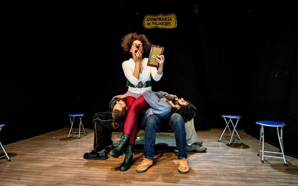 Palhaça Lelê, da Cia. da Sorte, se apresenta em teatro (Foto: Cia. da Sorte/Divulgação)