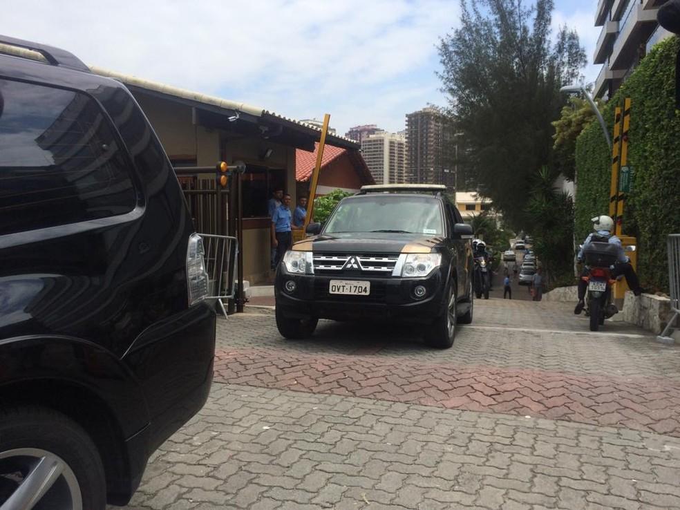 Comitiva com Bolsonaro deixou casa do presidente eleito, na Barra da Tijuca, em direção à casa do empresário Paulo Marinho — Foto: Alba Valéria Mendonça/G1
