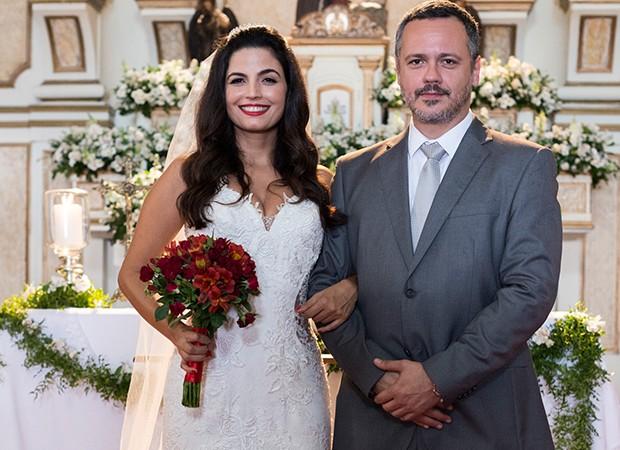 Bebedeira do noivo agita o casamento de Almeidinha (Danton Mello) e Zuleika (Emanuelle Araújo) (Foto: Globo/Ellen Soares)