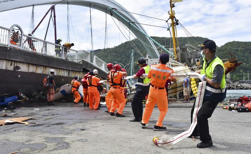 Equipes de resgate trabalham perto do local onde a ponte desmoronou nesta terça-feira (1º) em Nanfangao, leste de Taiwan. — Foto: Associated Press