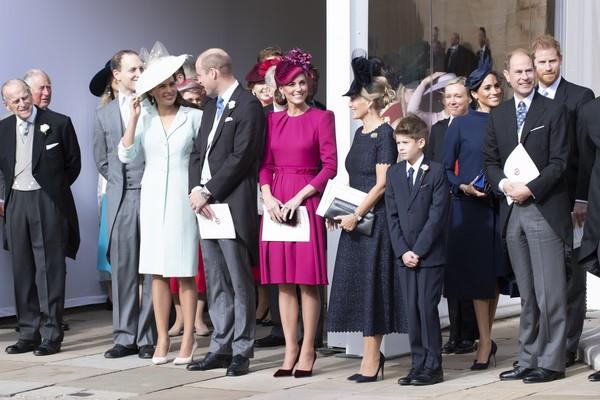 A atriz Meghan Markle com o príncipe Harry e outros membros da família real durante o casamento da princesa Eugenie (Foto: Getty Images)