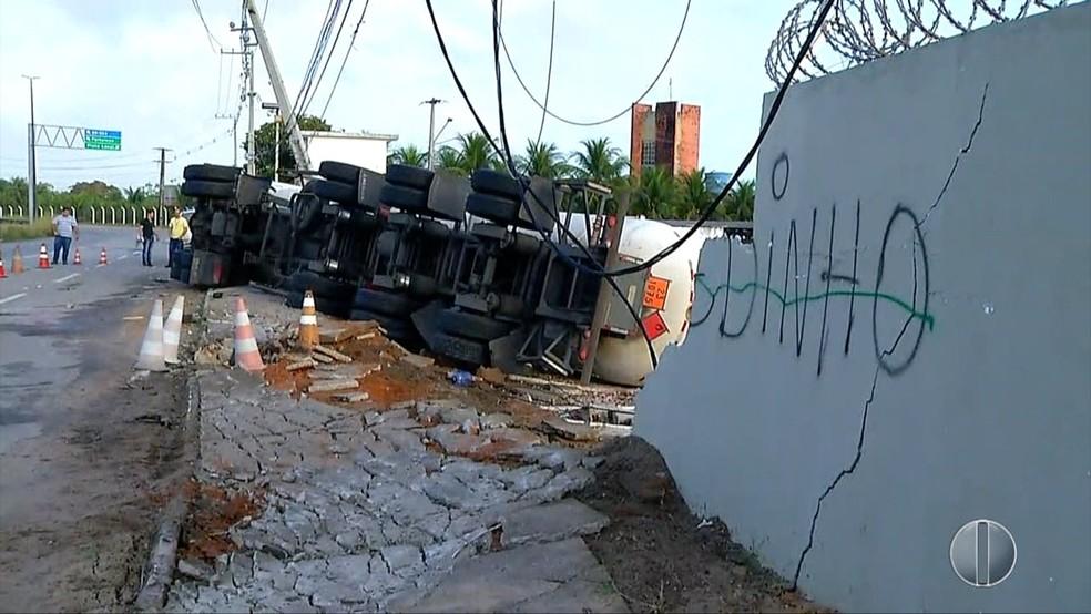 Carreta bate em muro em Parnamirim, RN — Foto: Reprodução/ Inter TV Cabugi