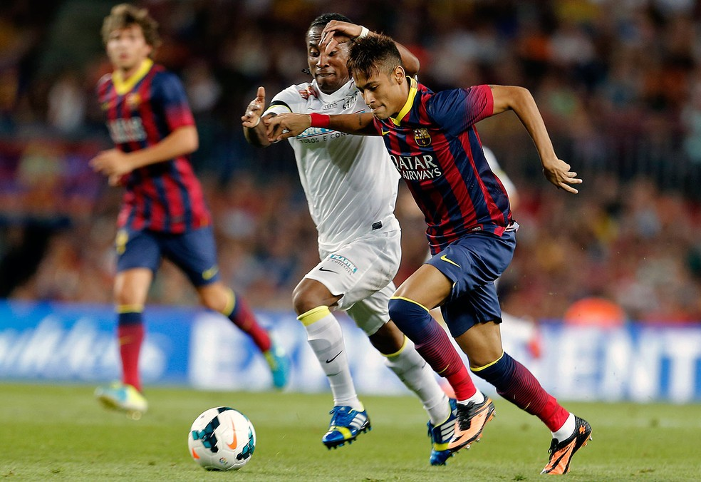 Primeiro amistoso foi jogado no Camp Nou, em 2013, e terminou 8 a 0 para o Barcelona (Foto: AFP)