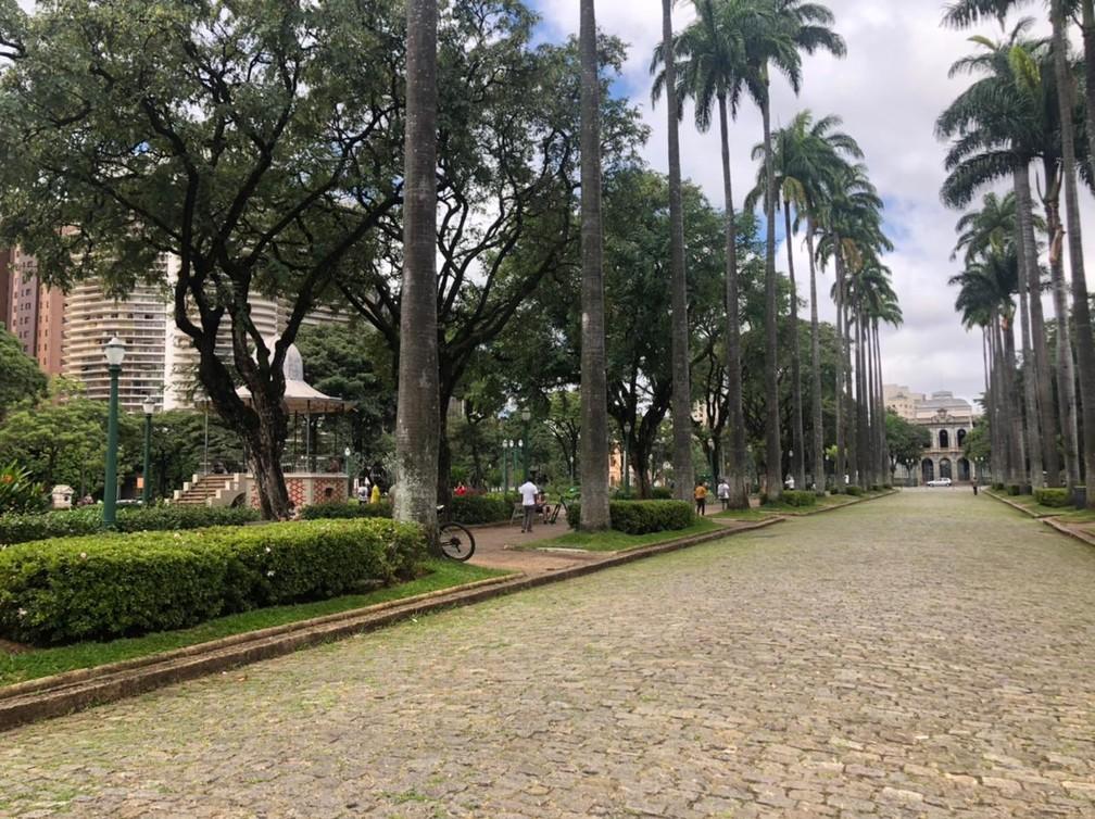 Praça da Liberdade deserta na terça-feira de Carnaval 2021, quando pandemia obrigou cidades a proibirem festas e aglomerações. — Foto: Marcelo Moreira / TV Globo