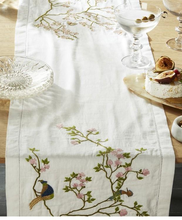 Passadeira de mesa bordada (Foto: CB2/ Reprodução)