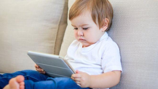 Resultado de imagem para crianças estão passando muito tempo em celulares