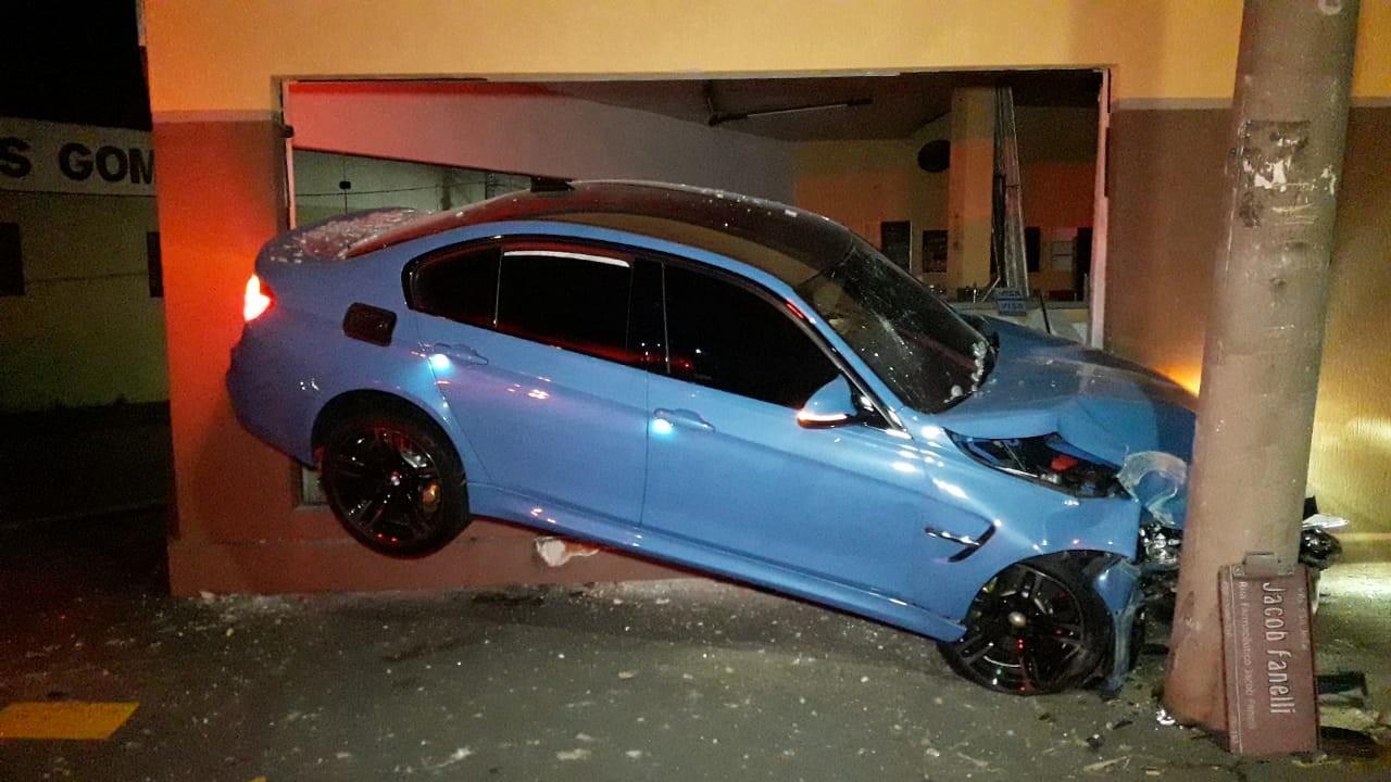 BMW 'fica preso' entre loja de materiais de construção e poste após batida em Limeira; FOTOS - Noticias