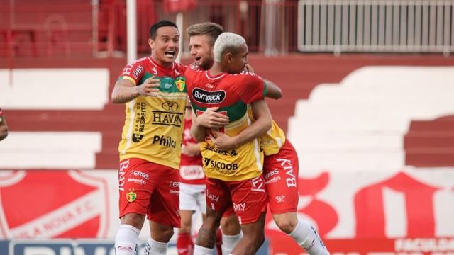 Éverton Alemão comemora gol contra o Vila Nova