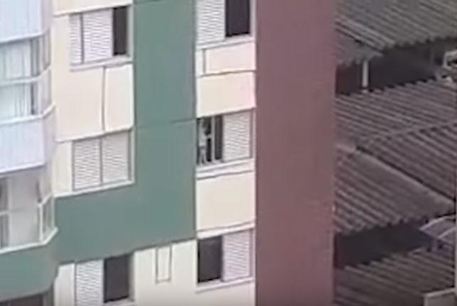 O garoto se balançava na janela do apartamento (Foto: Reprodução/ Youtube)