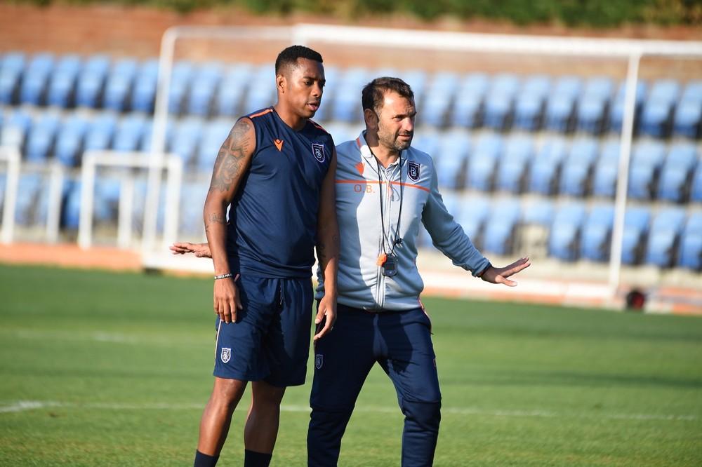 Robinho e o técnico Okan Buruk, do Istanbul Basaksehir (Foto: Divulgação / Istanbul Basaksehir)