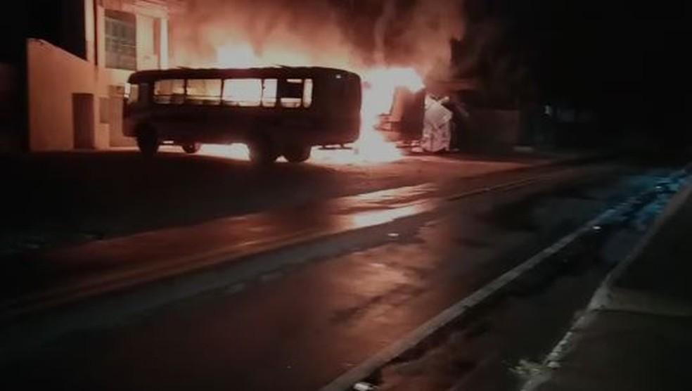 Depósito da prefeitura de Jucás é incendiado na noite desta segunda-feira (23). — Foto: Reprodução