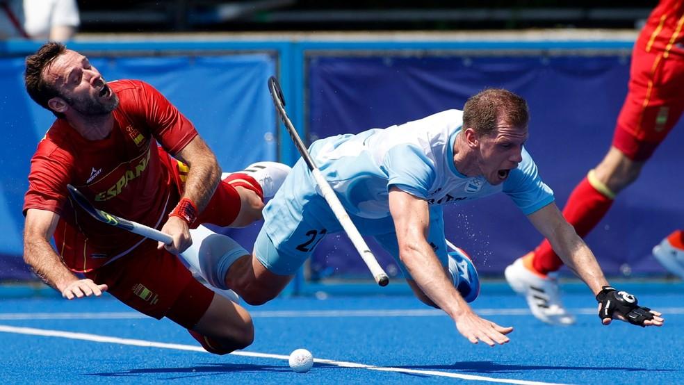 Lucas Rossi, da Argentina, e David Alegre, da Espanha, hóquei nas Olimpíadas 2020 — Foto: REUTERS/Phil Noble
