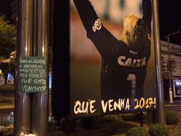 Fachada de loja no Centro de Chapecó tem laço preto para lembrar a morte do jogadores (Foto: Glauco Araújo / G1)