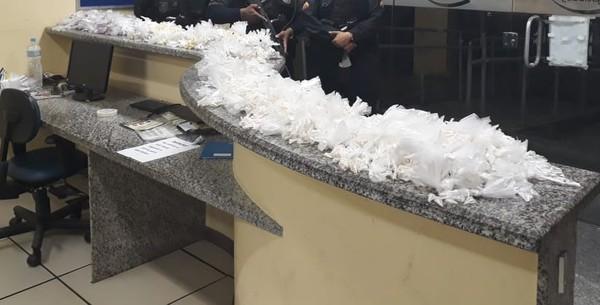 PM flagra casal com droga em táxi na BR-356, em Cardoso Moreira