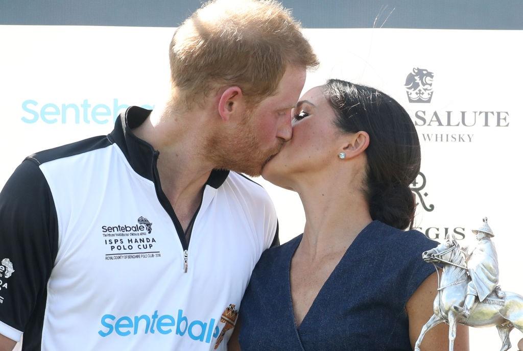 Meghan Markle e Príncipe Harry se beijam durante o Sentebale Polo 2018 (Foto: Getty Images)