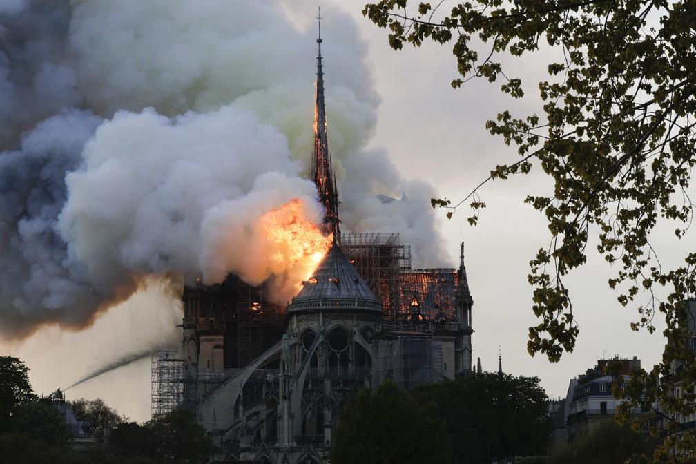 Bombeiros combatem chamas que consomem a Catedral de Notre-Dame, em Paris — Foto: François Guillot/AFP
