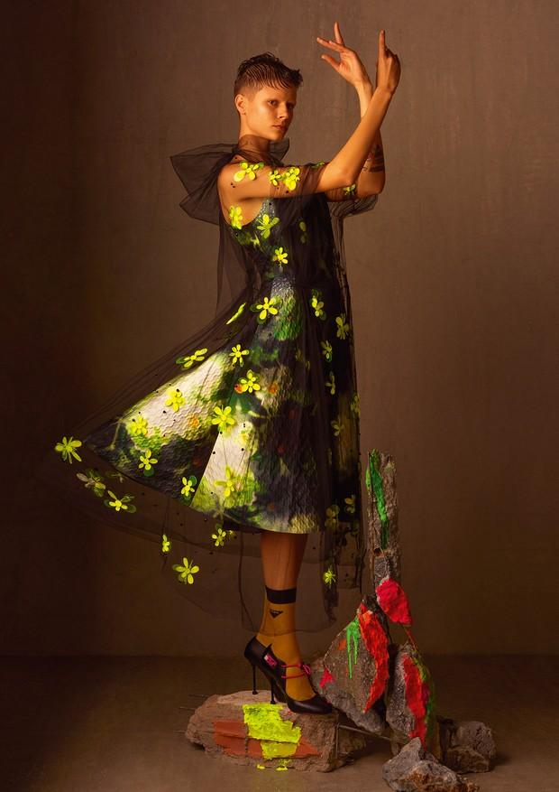 Michi Czastka usa sobreposição de vestido de tule bordado e vestido de cetim duchese.  (Foto: Zee Nunes)