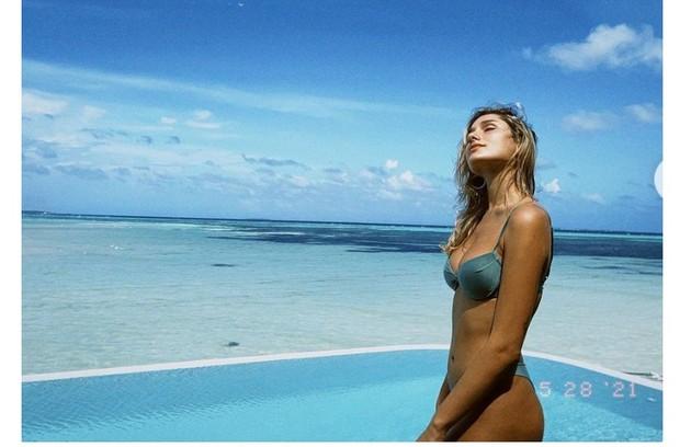 Filha Luciano Szafir e de Xuxa posou nas Maldivas clicada pelo Marido, João Figueiredo (Foto: Reprodução)