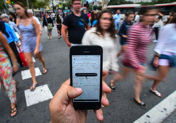 BARCELONA, SPAIN - JULY 01:  In this photo illustration the new smart phone taxi app 'Uber' shows how to select a pick up location at Plaza de Catalunya square on July 1, 2014 in Barcelona, Spain. Taxi drivers in various cities have been on strike over un (Foto: Getty Images)