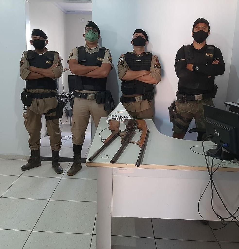 Policiais militares apreenderam três armas — Foto: Polícia Militar / Divulgação