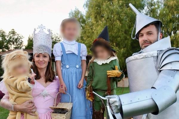 Os atores Jennifer Garner e Ben Affleck com os três filhos deles: Violet, Seraphina e Sam (Foto: Reprodução / Instagram)