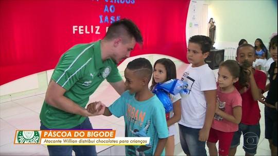 Willian, do Palmeiras, se emociona com crianças em distribuição de ovos de Páscoa