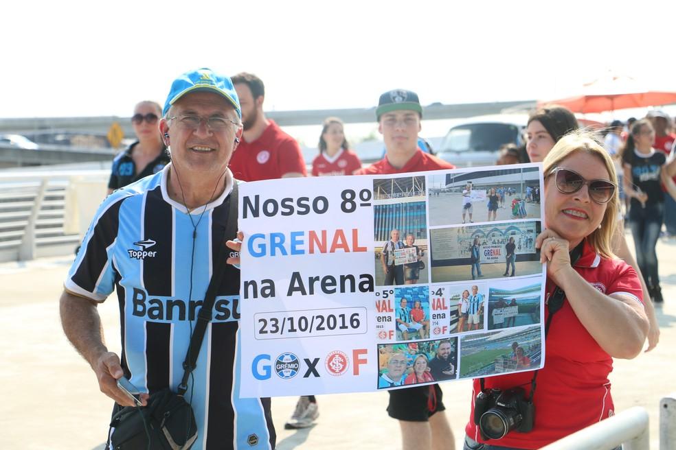 Casal mostra cartaz na torcida mista — Foto: Diego Guichard/GloboEsporte.com