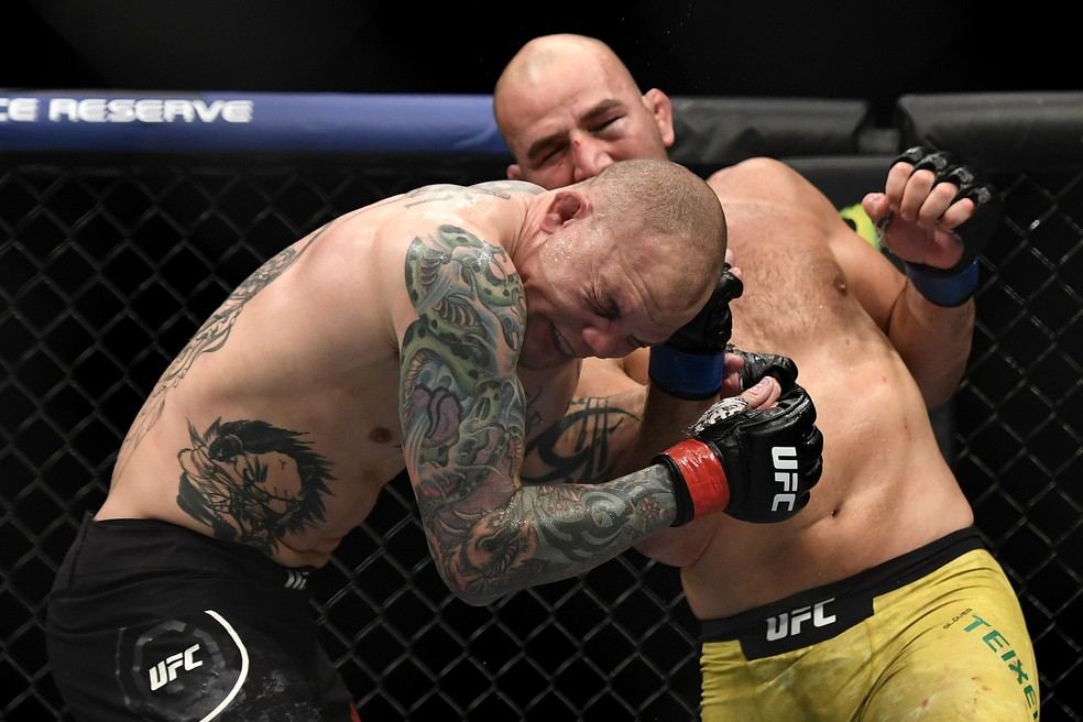 Glover Teixeira castigou duramente  Anthony Smith na luta principal em Jacksonville — Foto: Getty Images