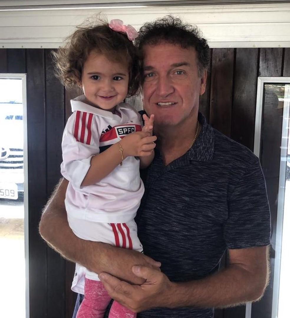 Cuca e a neta Eloah, já com a camisa do São Paulo, novo time do avô — Foto: Reprodução/Twitter