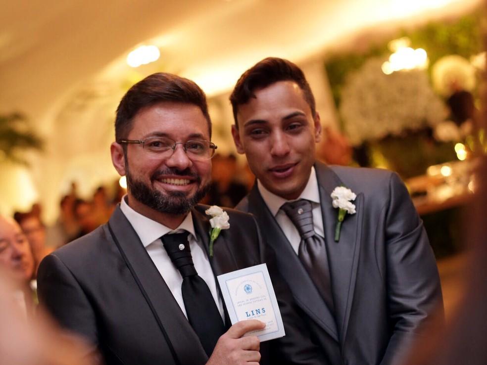 Edgard de Souza (à esq.), prefeito de Lins, acredita ter sido o primeiro chefe do Executivo a oficializar uma união gay (Foto: Uall! Estúdio Fotografia/ Divulgação )