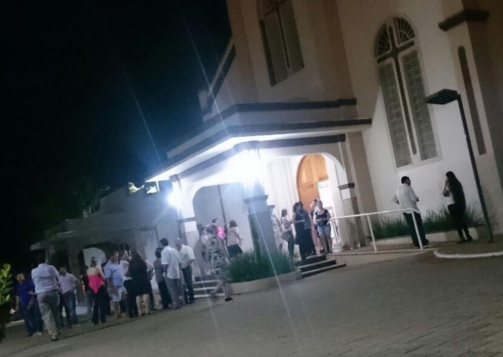 Moradores de Guapiaçu na saída da missa em homenagem a Kelly (Foto: Marcos Lavezo/G1)