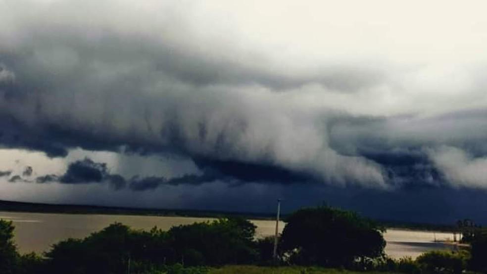 Fenômeno da nuvem do tipo rolo também foi registrado em Caraúbas, na região Oeste — Foto: Cedida