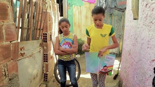 Menina passa adiante lição de Mandela como professora em comunidade