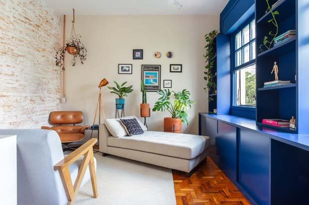 Décor do dia: cantinho de leitura com parede e estante azuis