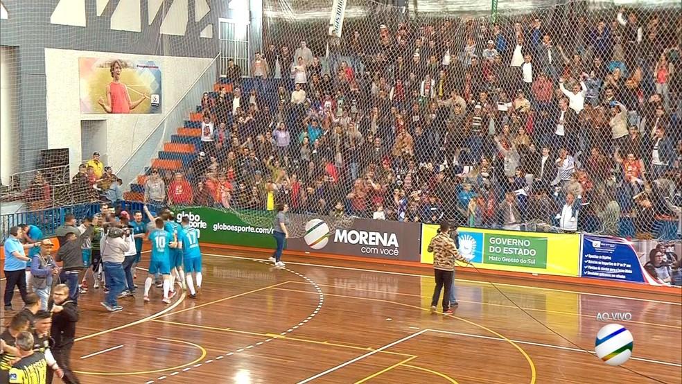 Jogadores do Coxim comemoram com a sua torcida a terceira conquista da Copa Morena — Foto: Reprodução/TV Morena