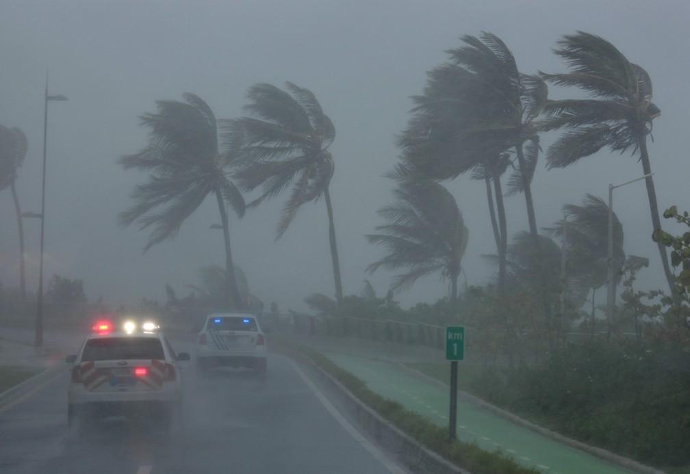 Polícia faz patrulha em área afetada pelo furacão Irma em San Juan, Porto Rico (Foto:  REUTERS/Alvin Baez)